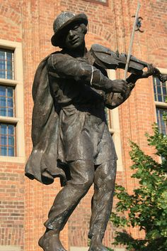 Fiddler A 1914 statue of Janko Muzykant, who was said to have rid Toruń of its frog problem by playing his fiddle and luring them into the woods - Toruń, Poland.