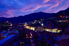 Pahuatlán es un pueblo mágico localizado al noreste del estado de Puebla, muy cerca se encuentra San Pablito, lugar donde se elaboran artesanías