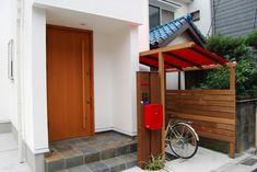 赤い帆布がおしゃれな木製サイクルポート1 Garage Doors, Shed, Outdoor Structures, The Originals, Garden, Outdoor Decor, House, Home Decor, Garten