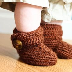 a free pattern to create crochet wrap around button baby boots, in two sizes, link to the smaller infant size in the post.