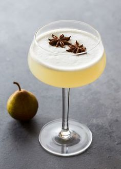 Spiced Pear Gin Fizz is a refreshing cocktail with the warm flavors of star anise and cardamom. Spiced Pear Gin Fizz is a refreshing cocktail with the warm flavors of star anise and cardamom. Winter Cocktails, Refreshing Cocktails, Yummy Drinks, Vodka Cocktails, Gin Fizz Cocktail, Simple Gin Cocktails, Cocktail Food, Vodka Martini, Sweet Cocktails