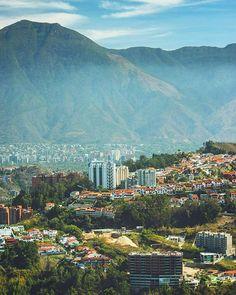 Caracas desde el cerro El Volcán. Mun. El Hatillo Caracas. Venezuela. Fotografía cortesía de @juan_diasparra #LaCuadraU #GaleriaLCU #Caracas #CaracasBella #CaracasHermosa #CaracasUnica