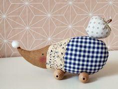 Deko-Objekte - Igel Schorsch mit Apfel - ein Designerstück von Frau-Annetts-Naehkueltuer- bei DaWanda