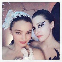 Pin for Later: Seht alle Halloween-Kostüme der Stars Miranda Kerr als weißer Schwan und ihre Freundin als Black Swan