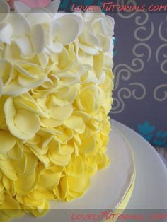 Petal ruffles cake tutorial and all the rest!! Use back button to see . English translation found in bottom L hand corner....thanks !! This site is the best