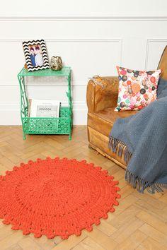 Tapis en crochet - Rouge chez Urban Outfitters