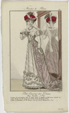 Barrau | Petit Courrier des Dames, 1823, No. 187 : Costume de présentation..., Barrau, Dupré (uitgever), 1823 | Staande vrouw, met de rug naar een passpiegel, gekleed in een 'costume de présentation'. Zij draagt een japon van 'satin lamée' en een mantel van 'tulle lamé', gevoerd met satijn. Borduurwerk door Mr Jannel, 'rue St. Croix de la Bretonniere No. 42'. 'Coiffure', ontworpen door Mr. Narcisse, 'rue des fossés Montmartre No. 10'. Accessoires: oorbellen, collier, broche, armbanden om…