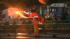 Diaľnicu D2 za bratislavským tunelom Sitina v smere do Petržalky z dôvodu odstraňovania nehody nákladného auta a spadnutého bagru včera v nočných hodinách uzavreli. Momentálne je však už cesta prejazdná. Viac na http://tvnoviny.sk/sekcia/domace/archiv/za-tunelom-sitina-havaroval-nakladiak-dialnicu-d2-uzavreli.html (Foto: TV Markíza)