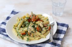 Wil je snel een lekkere maaltijd op tafel zetten? Maak dan eens dit recept voor een romige pasta met spinazie en kip. Voeg ook eens wat blokjes paprika toe