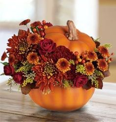 gorgeous pumpkin floral arrangement for fall. Try it with a funkin or other carvable faux pumpkin and realistic fake flowers for a reusable decoration! Halloween Flower Arrangements, Pumpkin Floral Arrangements, Halloween Flowers, Fall Arrangements, Fall Halloween, Halloween Table, Halloween Design, Halloween Makeup, Happy Halloween