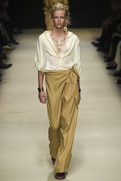 The complete Alberta Ferretti Spring 2016 Ready-to-Wear fashion show now on Vogue Runway. Fashion Week, Look Fashion, Runway Fashion, Trendy Fashion, Fashion Models, Spring Fashion, High Fashion, Fashion Show, Fashion Outfits