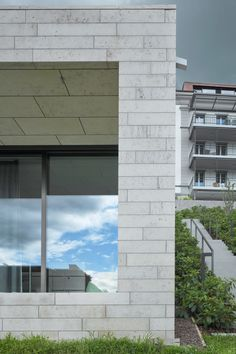 In these urban villas in Lucerne, Switzerland, our unique window facade system was used. With us you will give your home the elegant look it deserves while incorporating technology and robustness. Click on the picture to learn more about our system.  #airluxwindows #slidingwindows #swissmade #Lucerne #villa #façadesystem