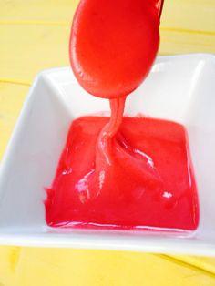 Glassa di lamponi Con il mio metodo potete fare la glassa anche con altri tipi di frutta e anche con il cacao e caffè, provare per credere. :) Ingredienti zucchero a velo quanto basta lamponi quanti ve ne servono qualche goccia di limone Procedimento Per questa ricetta non è