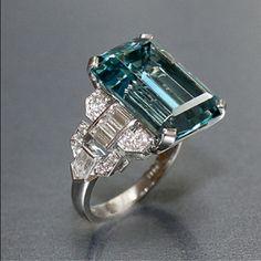 rt Deco Vintage 12,16 quilates talla esmeralda anillo de aguamarina con diamantes baguette, con forma de bala y redondo en platino por Raymond Yard. @ Designerwallace