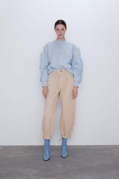 ZARA - Female - Slouchy jeans with darts - Beige - 25 (us Beige Pants Outfit, Jeans Outfit Winter, Mom Jeans Outfit, Winter Outfits, Summer Outfits, Pantalon Slouchy, Slouchy Pants, Pantalon Cargo, Jean Beige