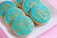 easy cookie decorating using stencil and chocolate ganache - Cooking Tips White Chocolate Ganache, Chocolate Cupcakes, Cake Decorating Tips, Cookie Decorating, Marzipan, Sweets Art, Petal Dust, Biscuits, Wedding Cookies