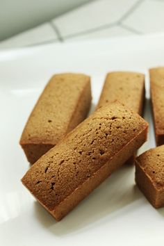 은은한 커피향과 묵직한 식감이 잘어울리는,커피휘낭시에 입니다.. 첫번째 테스트했을때,식감이 마음에 안... Madeleine Recipe, Bread Cake, Asian Desserts, Breakfast Bake, Cookie Desserts, Confectionery, Korean Food, Cake Cookies, No Bake Cake