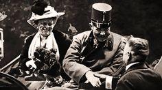 1914 Het Vervloekte Jaar - Dirk Verhofstadt1914. Het vervloekte jaar is een persoonlijke kijk van Dirk Verhofstadt op een sleuteljaar in de geschiedenis. Hij heeft het over de verschrikkingen tijdens de Grote Oorlog, maar hij beschrijft ook de prestaties van de Belgische voetbalploeg, de Ronde van Frankrijk, de kunstwereld, uitvindingen, de impact van de kerk en het uitbreken en verloop van de oorlog. Hij citeert zowel uit politieke verklaringen, dagboeken en kranten.