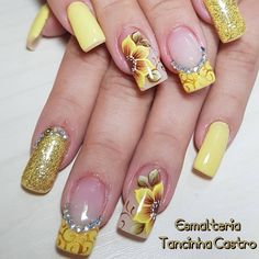 A imagem pode conter: uma ou mais pessoas e close-up Gel Manicure, Pedicure, Flower Nails, Short Nails, Pink Hair, Nail Colors, Nailart, Nail Designs, Close Up