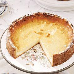 """Käsekuchen mit Sahne Wetten, dass sich Ihre Freundinnen um diesen klassischen Käsekuchen reißen werden? Denen verraten wir aber lieber nicht, dass 500 Gramm Sahne das Geheimnis seines guten Geschmacks sind... <a href=""""/kochen/rezepte/rezept/kaesekuchen""""> Zum Rezept: Käsekuchen mit Sahne</a>"""