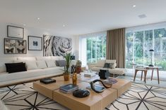 Casa Cor SP 2015 - Cor e textura: os móveis na sala de estar do Espaço da Família, assinado por Francisco Calio, são marcados por matizes e tons claros e neutros. As obras de arte seguem a mesma paleta