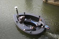 HotTug van Frank de Bruijn.   Een houtgestookte hot tub waarmee je kunt varen en een tug (sleepboot) waarin je heerlijk warm kunt baden. Al dan niet gevuld met water is de HotTug een ruime en stabiele boot voor maximaal zes tot acht personen. Kijk voor meer informatie op HotTug.nl
