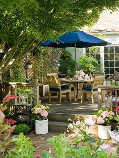 I could so get lost in this space!  Beautiful outdoor decorating.