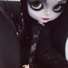 Dark me up!  #erregiro #erregirodolls #dark #blythe #doll #boneca #muñeca #custom #blythedoll #carving #poupée #makeup #sculpt #maquillaje #instadoll #addamsfamily #手首 #ブライズ #fashion #moda #ブライスドール #art #diseño #design #instablythe #arte #arttoy #toy #morticiaaddams #morticia