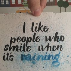 Me gusta la gente que sonríe cuando está lloviendo #letteritmay @jennyhighsmith #calligraphy #caligrafia #handlettering #handlettered #handlettering #typography #type #pentel #watercolor