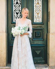 Pelas ruas de Lisboa onde há 43 anos se criavam novos caminhos para a Liberdade! Bom feriado!  Concept styling & florals: @adayinprovence   Hand Dyed Scarves: SCARF SHOP   Ring box: @themrsbox: Silk ribbon: @froufrouchic   Stationery: @shastabellcalligraphy   Wedding dresses: @pureza_mb_atelier   Model: @kpantuckova