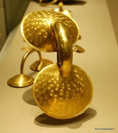 (Ireland) Late bronze age gold 'dress fastener' from Clones, Co. Monaghan, Ireland, ca 700 BCE. Historical Artifacts, Ancient Artifacts, Prehistoric Age, Early Middle Ages, Middle East, Celtic Culture, Magical Jewelry, Book Of Kells, Bronze