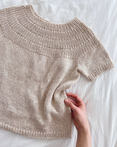 Ankers Sommerbluse - Lilly is Love Waffle Stitch, Yarn Shop, Stockinette, Knit Shirt, Summer Shirts, Swatch, Knitwear, Knitting Patterns, Knit Crochet