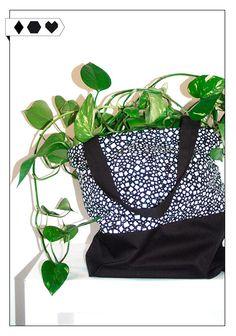 Tote Idris (Nurmi): Tasche mit schönem Schwarz-Weiß-Muster. Fair hergestellt in Kitee, Finnland. Größe: 44cm x 44cm, Griffe: 53cm (mit Innentasche)