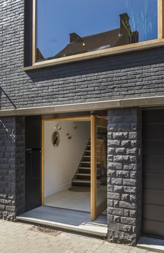 In beeld: Minimaal budget, maximaal effect Building Design, Building A House, Modern Entrance Door, Townhouse Designs, Stairs Architecture, Black Exterior, Brickwork, Home Design Plans, Minimal