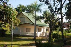 Een mooie en recent opgeleverde woning aan de Henck Arronstraat, Paramaribo, type landhuis op een groot woonerf met veel schaduwrijke bomen en veel privacy. De woning is bijzonder gechikt voor zakenlieden, expats, ambassades e.d die van het buitengevoel willen genieten en toch dichtbij het centrum willen vertoeven. Ook voor toeristen die wel de luxe wensen, maar niet in een hotel willen verblijven. Info: http://www.casacama.com/huren/zoeken/index.php?showdetails=437
