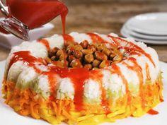 Sorprende a tus invitados la próxima noche mexicana con esta deliciosa rosca de pepino, jícama y zanahoria con chamoy. ¡Se te hará agua la boca!Preparación1.Mezcla el chamoy con el jugo de naranja.2. Coloca la jícama sobre un molde con forma de rosca y compacta con la ayuda de una cuchara. Espolvorea chile en polvo.
