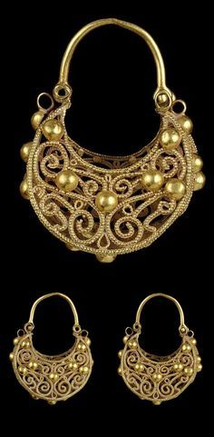 Syria (or Egypt) | Pair of large Fatimid filigree gold earrings | 12th century |