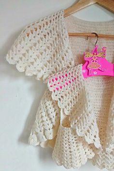 Meraviglioso coprispalle alluncinetto per bambine, realizzato in un prezioso filato 50% alpaca + 50% lana vergine in bianco panna. Questo