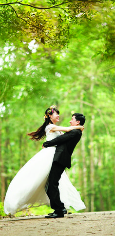 Couples Travel: Plan a Smoky Mountain Wedding in Tennessee Couples will find chapels located throughout the area, and nature provides a scenic backdrop for memorable photos. Read more. Honeymoon Tour Packages, Best Honeymoon Destinations, Honeymoon Deals, Amazing Destinations, Outdoor Wedding Venues, Wedding Ceremony, Wedding Speeches, Backdrop Wedding, Wedding Bells