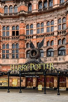Harry Potter theater in London. Going to a play or musical is a great way to spend a weekend in London. Harry Potter Theatre, Studio Harry Potter, Harry Potter London, Harry Potter World, Hogwarts London, Places To Travel, Places To Visit, Weekend In London, Walks In London
