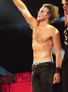 Ashton Irwin is doing his best to promote Asian tour, which means that he is also willing to show some skin. Despite the rumors that Ashton Irwin is deeply involved with his girlfriend Bryana Hol. Ashton Irwin Hot, 5sos Ashton, 1d And 5sos, Ashton Irwin Girlfriend, Ashton Irwin Facts, Ashton Irwin Tattoo, Ashton Irwin Imagines, Calum Thomas Hood, Calum Hood