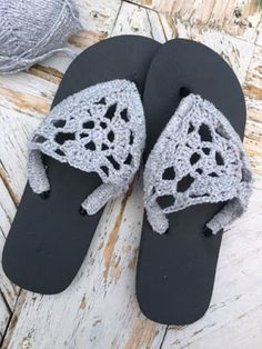 Kijk wat ik gevonden heb op Freubelweb.nl: een gratis haakpatroon van Mafke om deze leuke slippers te (om)haken https://www.freubelweb.nl/freubel-zelf/gratis-haakpatroon-slippers-2/