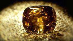 www.rollingems.com Il Golden Jubilee (Giubileo Dorato) è, attualmente, il più grande diamante tagliato al mondo. Fin dal 1908 il Cullinan I aveva portato questo titolo, finché nel 1985, nella miniera Premier presso Pretoria (Transvaal) venne scoperto un grosso diamante color cognac di circa 755 carati (151 grammi).
