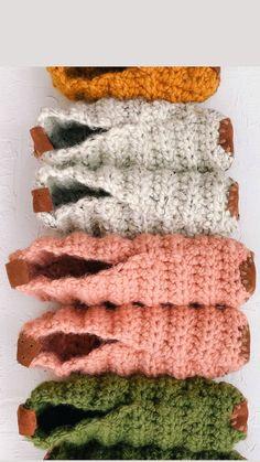 Easy Crochet Slippers, Crochet Slipper Pattern, Crochet Boots, Crochet Clothes, Yarn Projects, Crochet Projects, Crotchet, Knit Crochet, Knitting Patterns