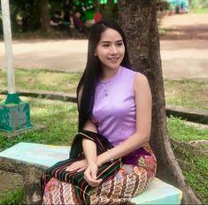 Poe Kyar Phyu Khin Beautiful Model Girl, Beautiful Asian Girls, Myanmar Traditional Dress, Traditional Dresses, Burmese Girls, Sitting Girl, Myanmar Women, Asia Girl, Asian Beauty