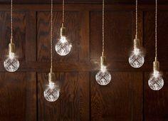 Elegantes bombillas de cristal tallado de Lee Broom