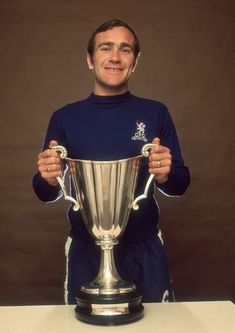 Ron Harris with the European Cup-winners Cup won by Chelsea in 1971 Retro Football, School Football, Vintage Football, Football Fever, Football Kits, Football Players, Chelsea Fans, Chelsea Football, West London