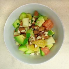 Słoneczna sałatka z awokado i ogórkiem | Lunchoteka