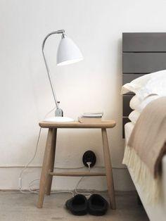 Pall som nattygsbord + lampa+sänggavel