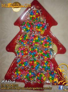 Árvore de Natal com brigadeiros gourmet sabor chocolate branco com confeitos de chocolate.